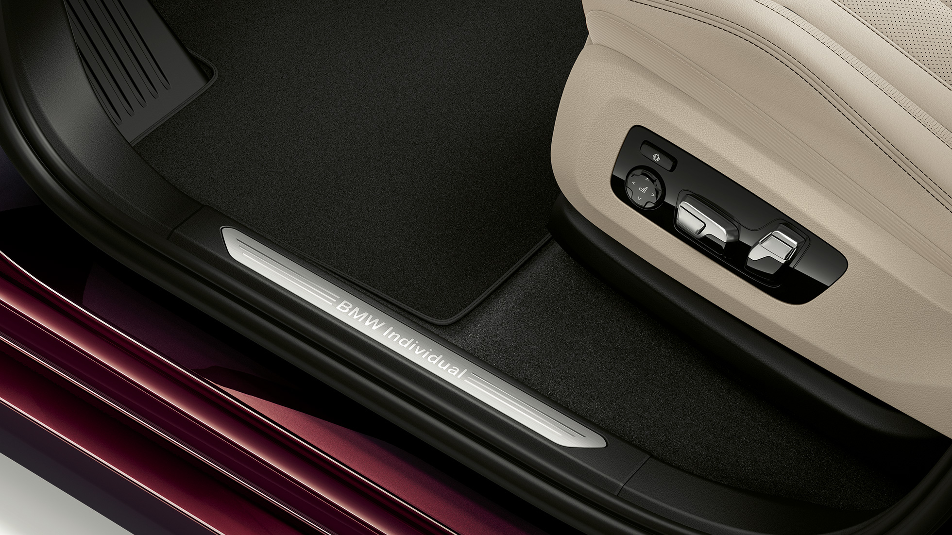 Close-up of the door sill of the BMW X7 with BMW Individual X7 xDrive40i features